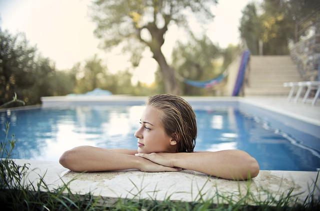 Je vhodná dlažba k venkovnímu bazénu?