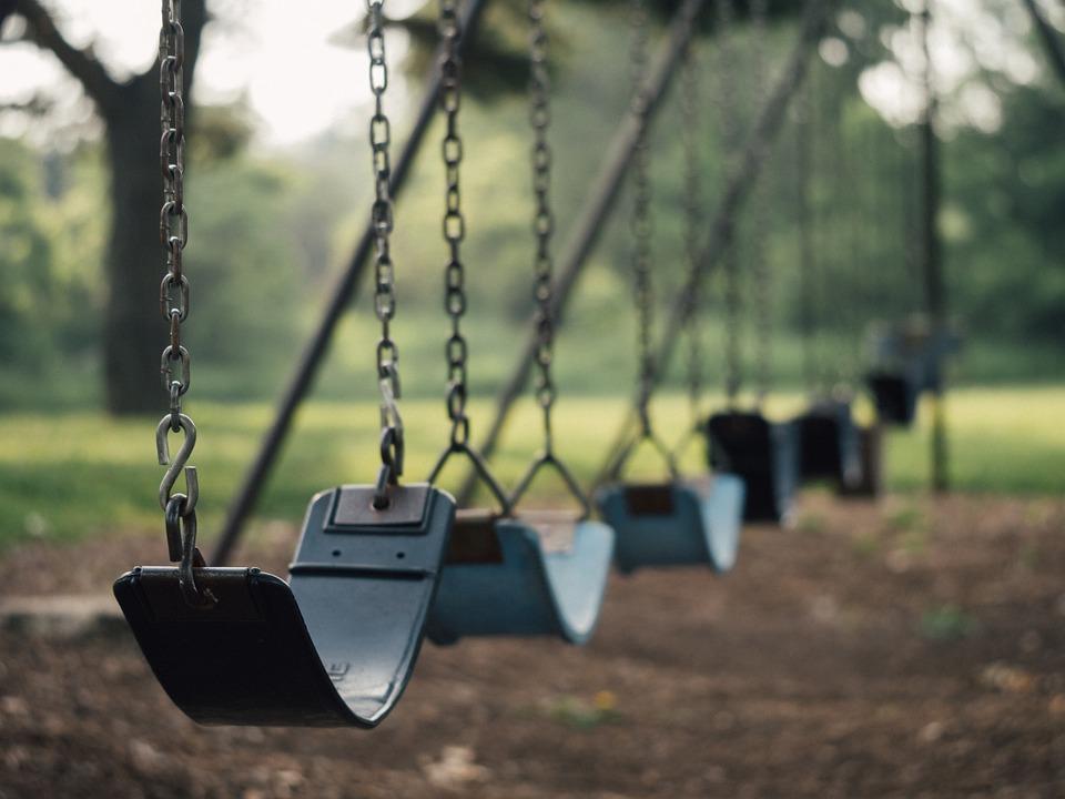 Jaká nebezpečí skrývá houpačka pro děti do bytu