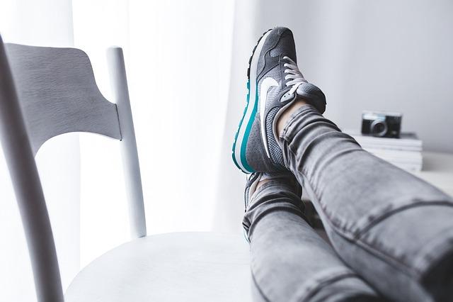 nohy na židli