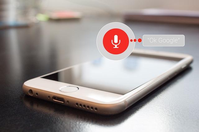 Hlasoví asistenti a chytré mobilní aplikace