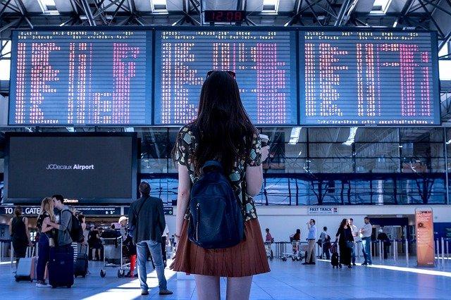 děvče před terminálem