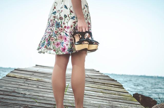 žena s podpatky v ruce