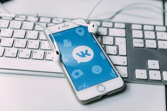 iPhone na klávesnici