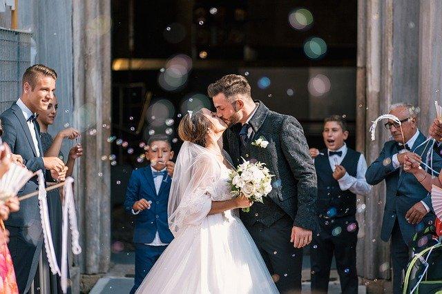 svatební obřad polibek