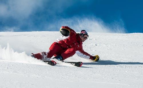 lyžař na svahu